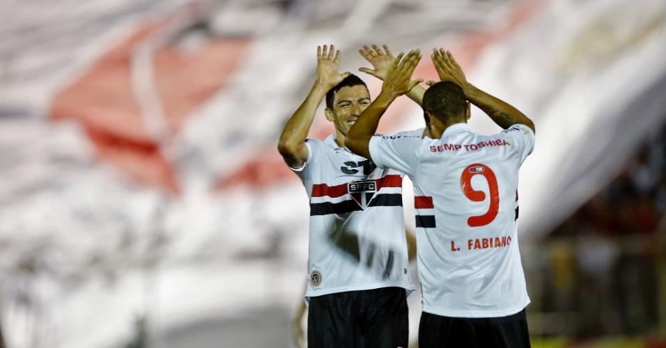27-03-2013 - Luis Fabiano recebe cumprimento de Lúcio durante a vitória do São Paulo