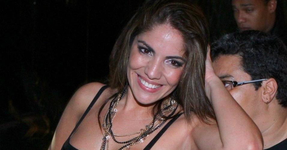 "27.mar.2013 - Anamara posa para foto ao chegar na festa de encerramento do ""BBB13"""