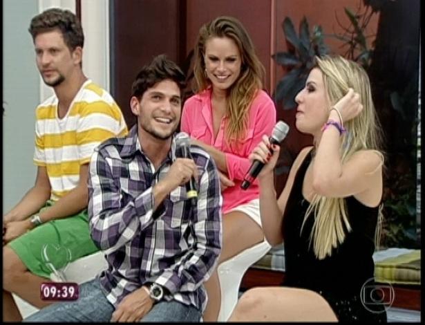 """27.mar.2013 - André e Fernanda não assumem namoro. """"Vamos conversar"""", afirma o capixaba. Questionada se passou a noite com o """"príncipe"""", a campeã do """"BBB13"""" diz que ainda não deu tempo"""