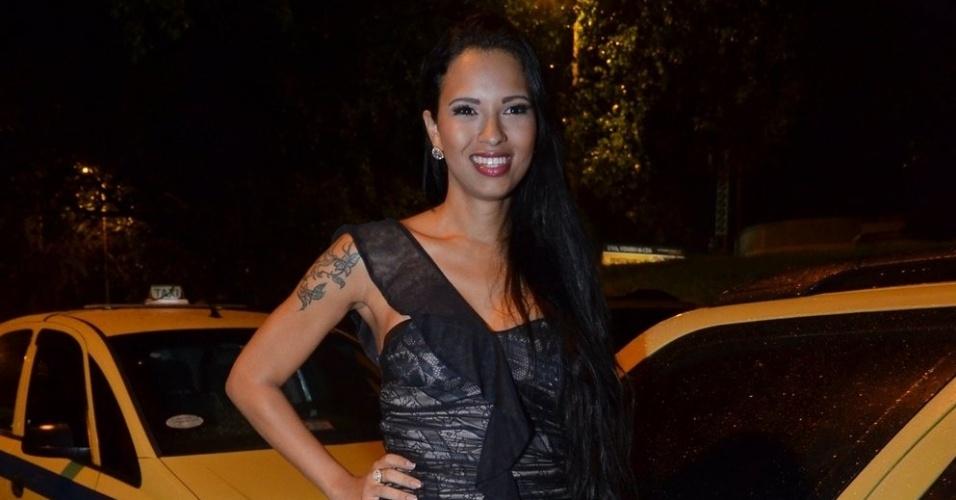 27.mar.2013 - Ariadna é entrevistada por integrantes do Pânico na TV em entrada de casa noturna no Rio de Janeiro