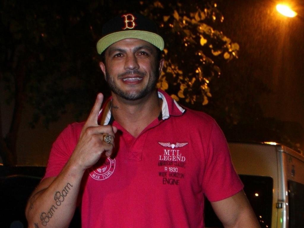 27.mar.2013 - Ausente na final, Kleber Bambam é um dos primeiros a chegar na festa de encerramento do