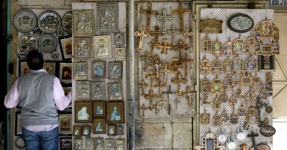 27.mar.2013 - Comerciante coloca objetos religiosos à venda em loja próxima à Igreja do Santo Sepulcro, em Jerusalém, Israel