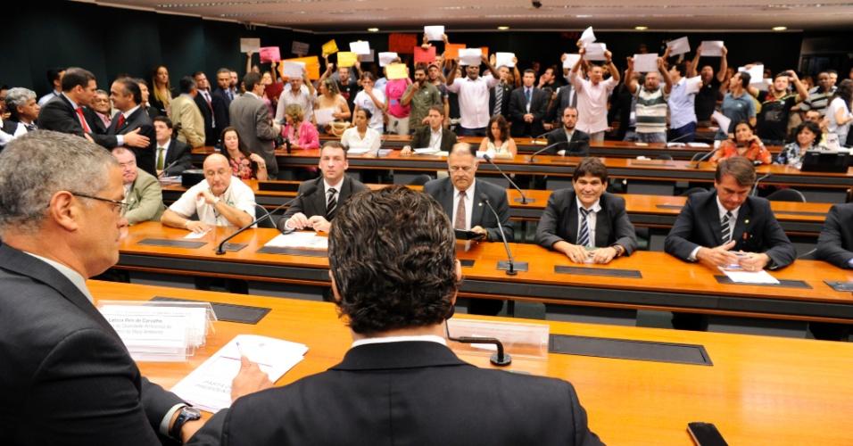 27.mar.2013 - Deputado e pastor Marco Feliciano (PSC), presidente da Comissão de Direitos Humanos da Câmara, observa manifestantes durante audiência pública