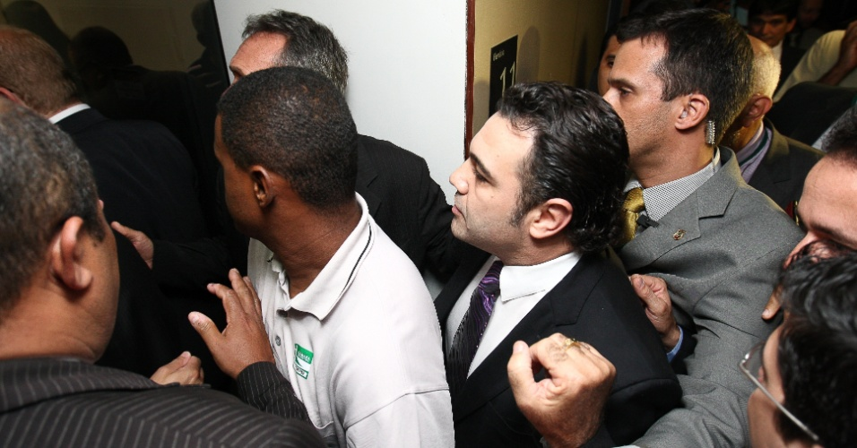 27.mar.2013 - Deputado e pastor Marco Feliciano (PSC), presidente da Comissão de Direitos Humanos da Câmara, troca de sala para continuar audiência pública, tumultuada por manifestantes