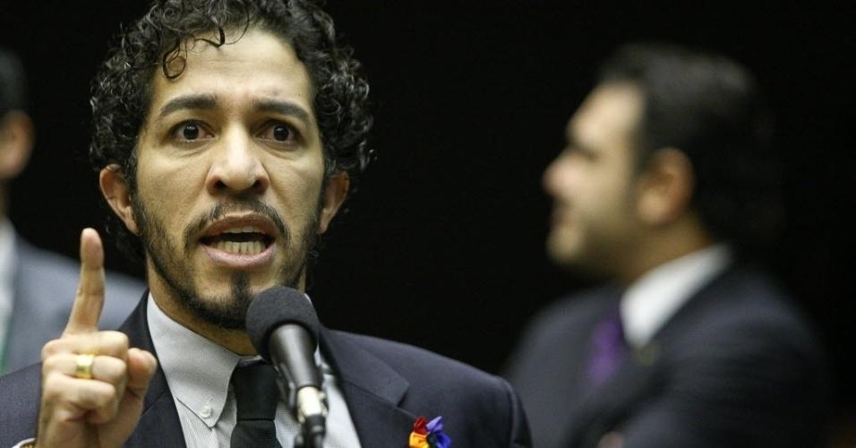 27.mar.2013 - Deputado Jean Wyllys (PSOL-RJ) discursa no plenário da Câmara dos Deputados, tendo ao fundo o deputado pastor Marco Feliciano (PSC-SP), presidente da Comissão de Direitos Humanos da Casa.