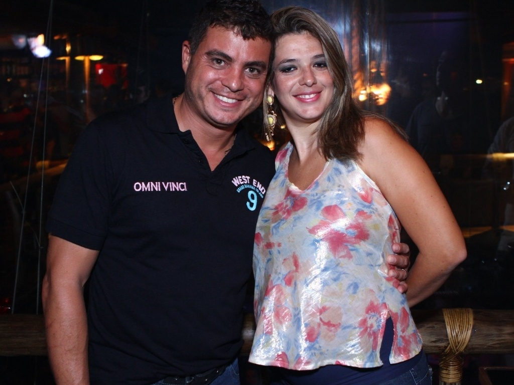 27.mar.2013 - Dhomini chega à festa acompanhado pela mulher, Adriana Manata