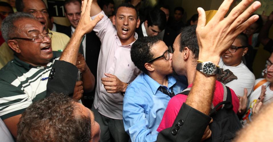 27.mar.2013 - Dois homens se beijam durante confronto entre manifestantes favoráveis e contrários à permanência do deputado e pastor Marco Feliciano (PSC) como presidente da Comissão dos Direitos Humanos da Câmara, em frente à sala onde a comissão estava reunida antes de ser transferida para outra maior, devido ao tumulto