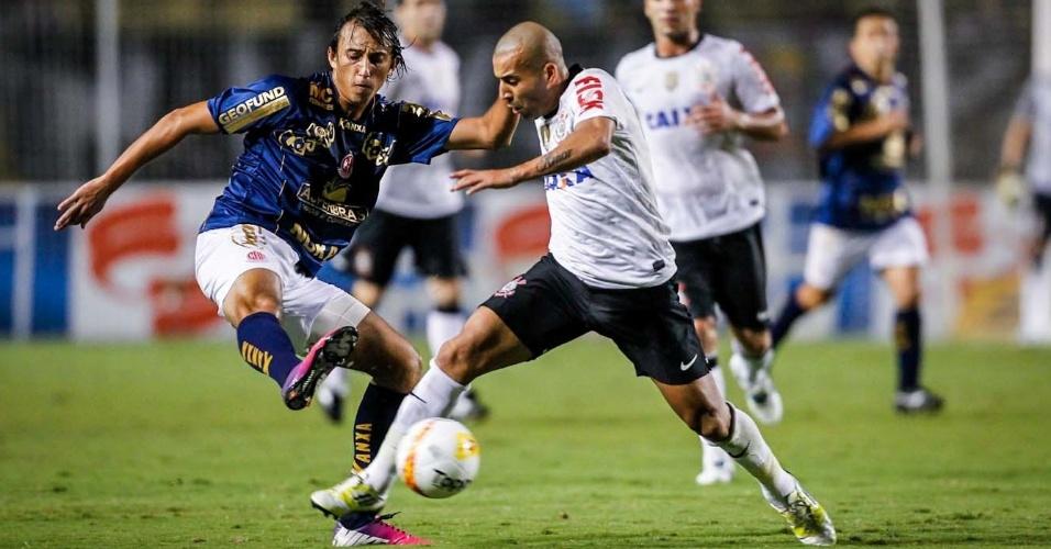 27.mar.2013 - Émerson tenta a jogada na partida do Corinthians contra a Penapolense, pelo Campeonato Paulista