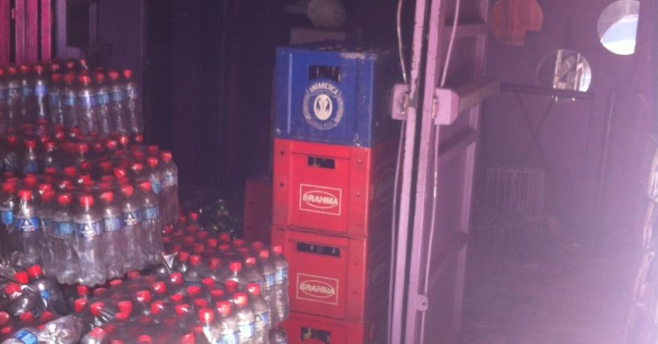 27.mar.2013 - Estoque de bebidas está sendo retirado da boate Kiss, em Santa Maria (RS), nesta quarta-feira (27), dois meses depois de incêndio que matou 241 pessoas no local. Outras sete vítimas da tragédia na boate seguem internadas em hospitais de Porto Alegre (RS)
