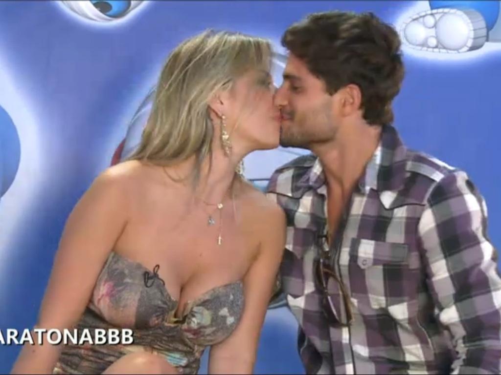 27.mar.2013 - Fernanda e André trocam beijos durante o bate-papo da campeã no site oficial do