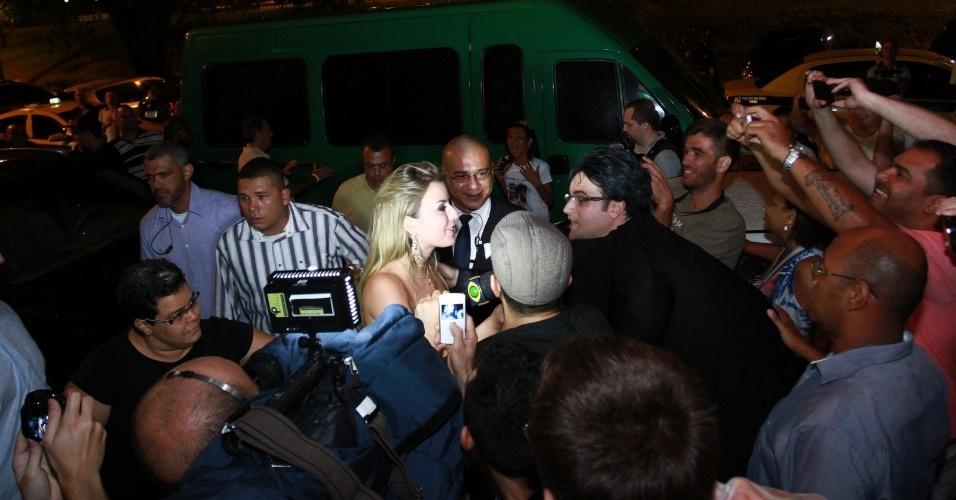 """27.mar.2013 - Fernanda é cercada por jornalistas e fotógrafos na chegada à festa de encerramento do """"BBB13"""""""