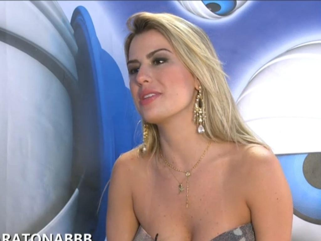 27.mar.2013 - Fernanda revela que não pensou em Bambam ao criar boneco de André após eliminação do