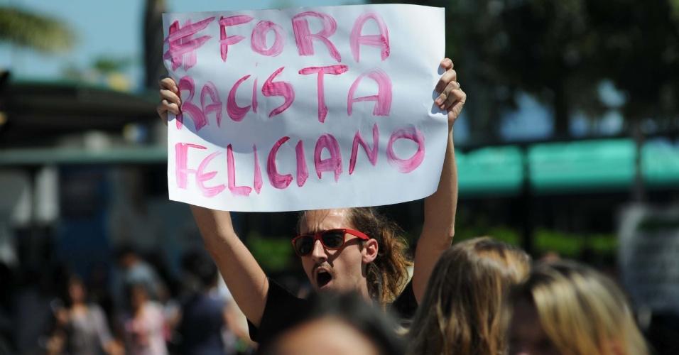 27.mar.2013 - Homem participa de protesto contra o deputado e pastor Marco Feliciano, presidente da Comissão de Direitos Humanos, no centro de Florianópolis (SC)