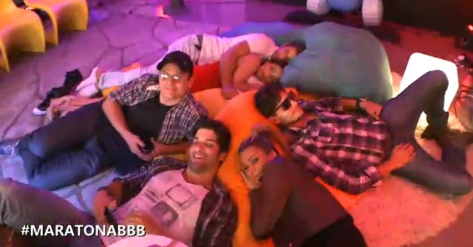 27.mar.2013 - Ivan, Marcello, Marien, André, Eliéser e Kamilla deitam em almofadas nos bastidores do bate-papo