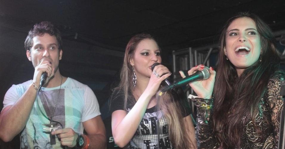 """27.mar.2013 - Kamilla (à dir.) e Eliéser (à esq.) cantam na festa de encerramento do """"BBB13"""""""