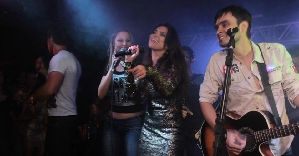 """27.mar.2013 - Kamilla (centro) e Eliéser (à esq.) cantam na festa de encerramento do """"BBB13"""""""