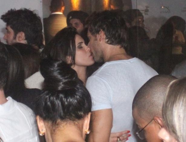 27.mar.2013 - Kamilla e Eliéser se beijam em festa de encerramento do
