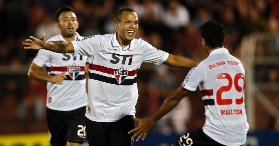 27.mar.2013 - Luís Fabiano comemora depois de abrir o marcador para o São Paulo na partida contra o Penapolense, pelo Campeonato Paulista