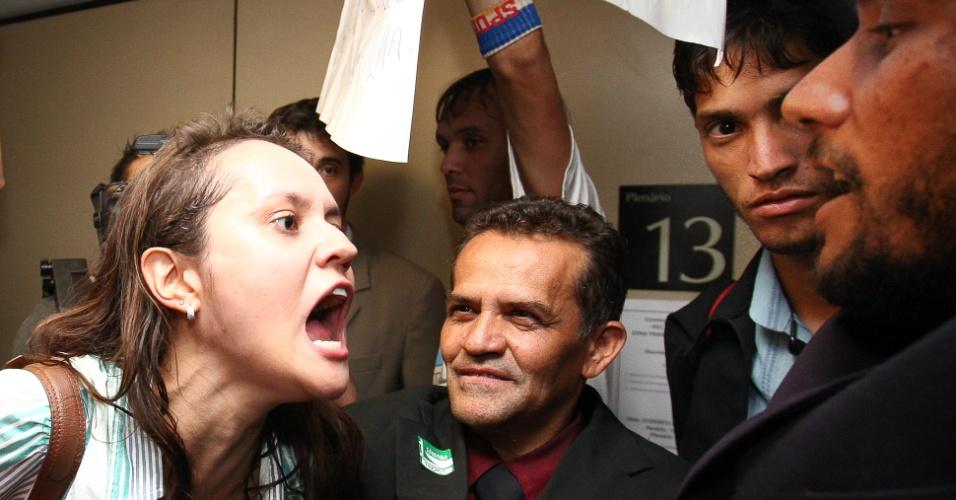 27.mar.2013 - Manifestantes favoráveis e contrários à permanência do deputado e pastor Marco Feliciano (PSC) como presidente da Comissão dos Direitos Humanos da Câmara se enfrentam em frente à sala onde a comissão estava reunida antes de ser transferida para outra maior, devido ao tumulto