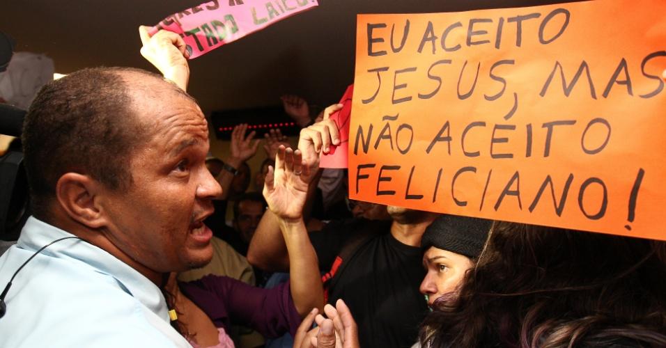 27.mar.2013 - Manifestantes protestam contra a permanência do deputado e pastor Marco Feliciano (PSC) como presidente da Comissão de Direitos Humanos da Câmara
