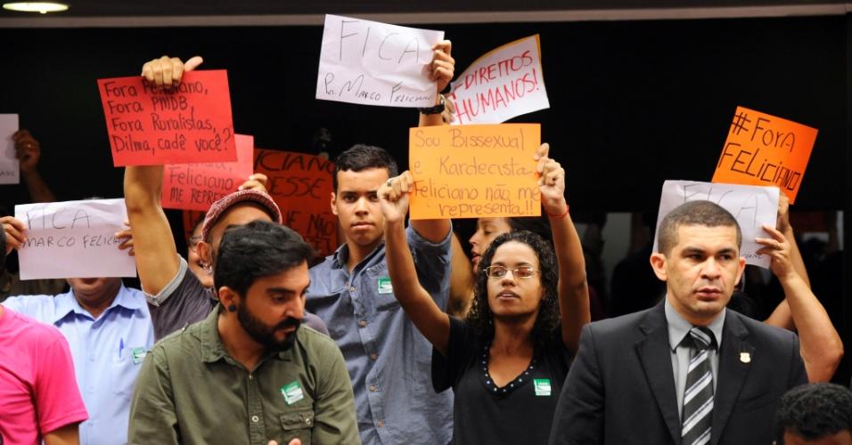 27.mar.2013 - Manifestantes protestam durante audiência pública da Comissão de Direitos Humanos da Câmara pela saída do deputado e pastor Marco Feliciano (PSC), que preside o grupo. Ele é acusado pelos manifestantes de adotar posturas racistas e homofóbicas
