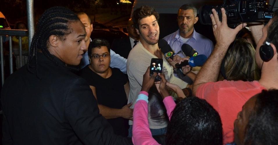 """27.mar.2013 - Marcello é cercado por fãs e pela imprensa ao chegar na festa de encerramento do """"BBB13"""""""