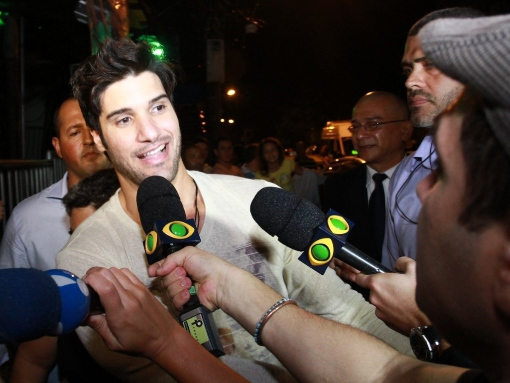 27.mar.2013 - Marcello é entrevistado por integrantes do Pânico na TV