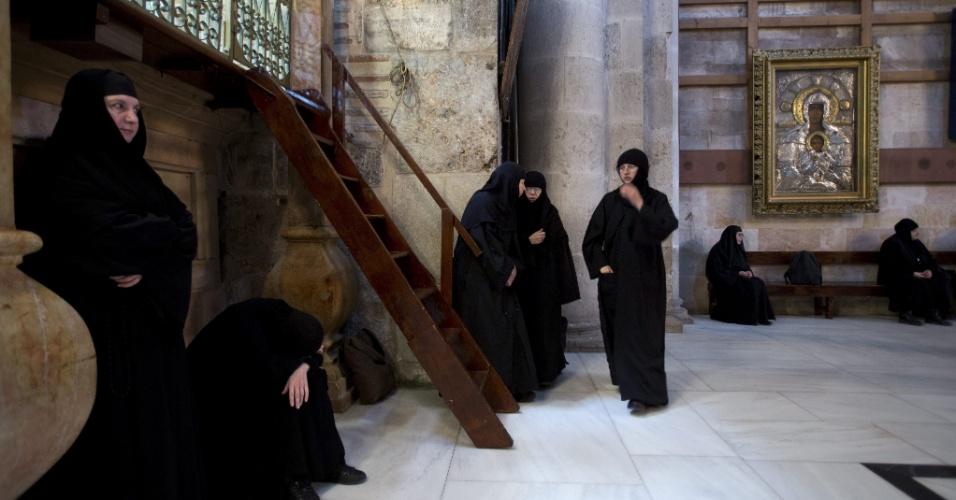27.mar.2013 - Monjas ortodoxas no interior da Igreja do Santo Sepulcro, durante uma missa matutina da Semana Santa, em Jerusalém, Israel