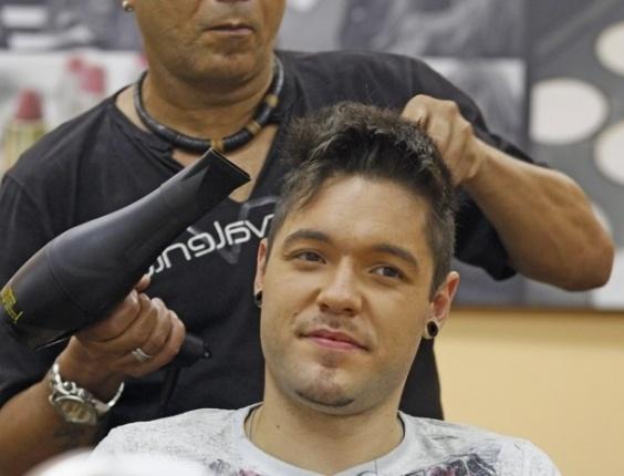 """27.mar.2013 - Nasser faz chapinha nos bastidores do programa """"Mais Você"""". """"Seus cabeleireiros capricham"""", elogia o gaúcho para Ana Maria"""