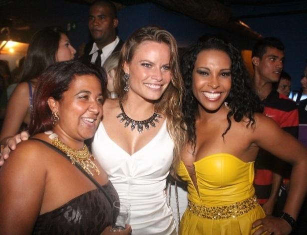 27.mar.2013 - Natália Casassola posa ao lado de Cida e Solange, do