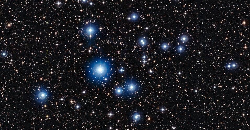 27.mar.2013 - O aglomerado NGC 2547, que fica na constelação da Vela, a 1.500 anos-luz da Terra, abriga estrelas que têm de 20 a 35 milhões de anos. Segundo o Observatório Europeu do Sul (ESO, na sigla em inglês), os astros são como bebês de três meses quando comparados ao Universo, que acumula 13,8 bilhões de anos. A imagem foi feita pelo instrumento Wide Field Imager, do Observatório de La Silla, no Chile