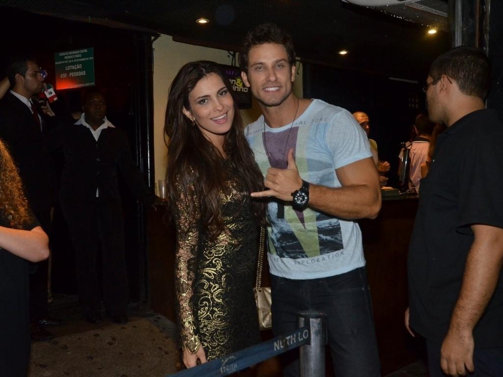 27.mar.2013 - O casal Kamilla e Eliéser posa para foto na festa de encerramento do