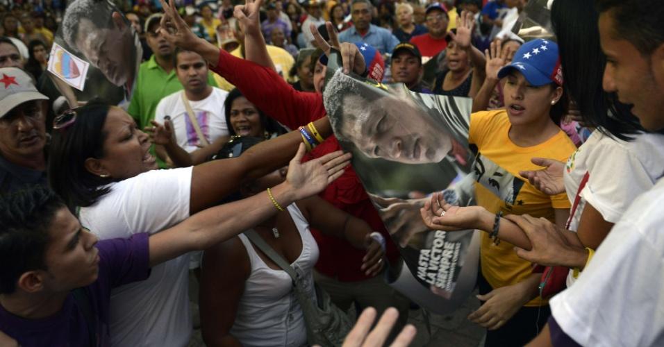 27.mar.2013 - Partidários do ex-presidente Hugo Chávez, morto em 5 de março, e do candidato da oposição venezuelana à Presidência, Henrique Capriles, entraram em confronto nesta quarta-feira (27), em Caracas. A briga teve início com a chegada de Capriles à capital da Venezuela, em viagem por sua campanha para as eleições de 14 de abril, quando irá enfrentar nas urnas o chavista Nicolás Maduro