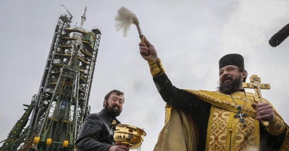 27.mar.2013 - Um padre católico ortodoxo faz cerimônia para abençoar a decolagem da nave russa Soyuz, que está previsto para ocorrer nesta quinta-feira (28), a partir do cosmódromo de Baikonur, no Cazaquistão