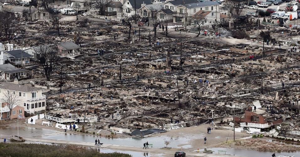 27.mar.2013 - Vista aérea mostra devastação causada pela supertempestade Sandy em área residencial do Queens, bairro de Nova York, na costa leste dos Estados Unidos, em outubro de 2012. As catástrofes naturais e as provocadas pelo homem custaram US$ 186 bilhões ao mundo em 2012 (cerca de R$ 376,5 bilhões), o terceiro maior prejuízo da história, segundo estudo da Swiss Re. A passagem do furacão Sandy foi a que mais causou prejuízo no ano passado, somando as perdas no país, de US$ 70 bilhões (cerca de R$ 141 bilhões), e os custo pagos pelas seguradoras, de US$ 35 bilhões (aproximadamente R$ 70,5 bilhões) - os Estados Unidos registraram nove dos dez incidentes mais caros do ano, somando US$ 65 bilhões (R$ 131 bilhões) em perdas seguradas
