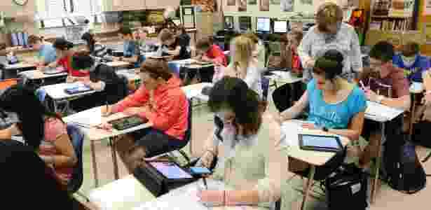 Alunos usam seus próprios equipamentos eletrônicos durante aula de história em escola da Flórida - Todd Anderson/The New York Times