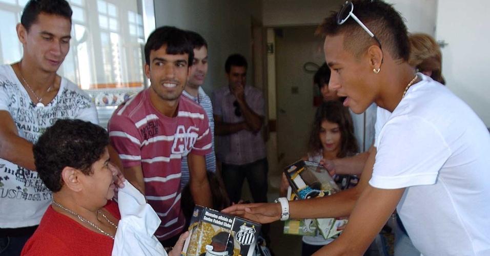 Ganso, Roberto Brum e Neymar visitam entidade assistencial em Santos, em 2010