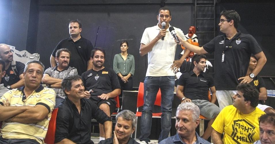 Gilberto Silva durante visita dos jogadores do Atlético-MG a programa social (27/3/2013)