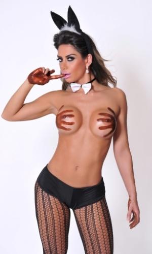 """Graciella Carvalho é apresentadora do programa """"Malícia"""", do canal Multishow; neste ensaio, a modelo encarnou uma coelhinha sexy que vai lentamente se despindo até ficar com o corpo coberto apenas por chocolate."""