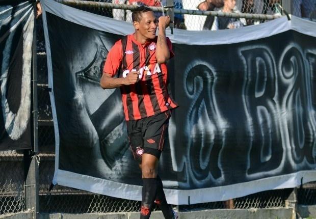 Marcão comemora seu gol no empate do Atlético-PR diante do Danubio