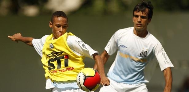 Neymar e Roberto Brum em treinamento do Santos, em 2009, ano da assinatura do contrato com DIS