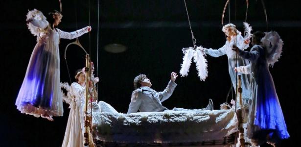 """Número do espetáculo """"Corteo"""", do Cirque du Soleil, no qual o palhaço protagonista é levado por anjos em sua cama - MRossi/Divulgação Time For Fun"""