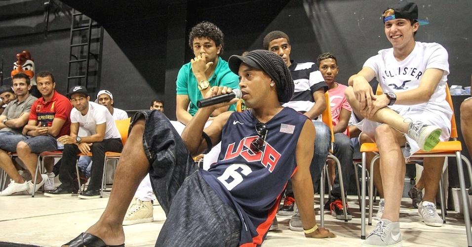 Ronaldinho Gaúcho, do Atlético-MG, conversa com jovens durante visita a projeto social (27/3/2013)