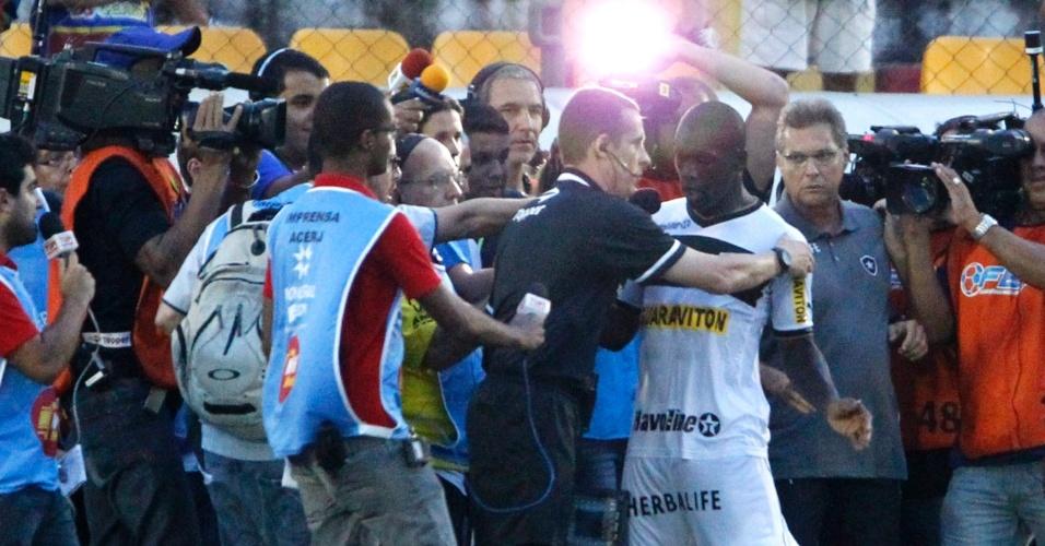 24.mar.2013 - Seedorf é contido por quarto árbitro e cercado por jornalista após ser expulso nos acréscimos da vitória do Botafogo por 2 a 1 sobre o Madureira