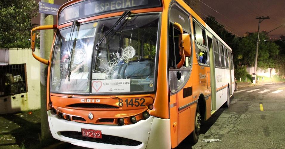 27.mar.2013 - Criminosos apedrejaram e tentaram atear fogo em um ônibus na noite desta quarta-feira (27), na Vila Sônia, na zona oeste de São Paulo. Ninguém foi preso na ação e rapidamente o fogo foi controlado