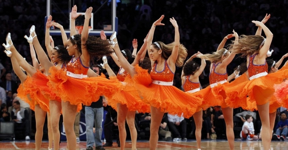 27.mar.2013 - Dançarinas do New York Knicks se vestem de dançarinas apara animar o público no Madison Square Garden