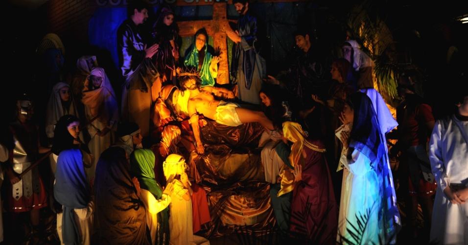 27.mar.2013 - Estudantes encenam a via-crúcis, em celebração das últimas horas de Jesus Cristo, em Luque, na região metropolitana de Assunção (Paraguai)