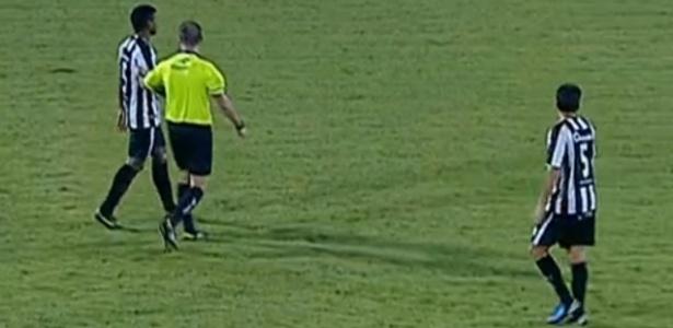 Britto, da União Barbarense, é retirado de campo pelo árbitro para trocar a camisa 5