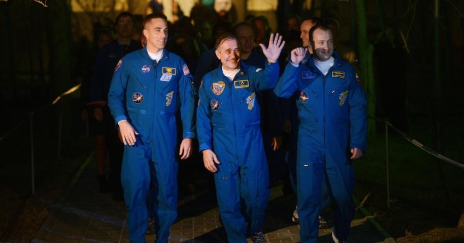 27.mar.2013 - O norte-americano Christopher Cassidy e os russos Pavel Vinogradov e Alexander Misurkin deixam hotel em direção ao cosmódromo de Baikonur, no Cazaquistão. O trio vai viajar ao espaço a bordo da Soyuz na tarde desta quinta-feira (28) - pela primeira vez, o trajeto até a Estação Espacial Internacional será feito em apenas seis horas