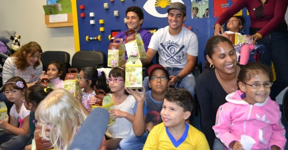28-03-2013 - Jadson e Aloísio distribuem ovos de páscoa para crianças